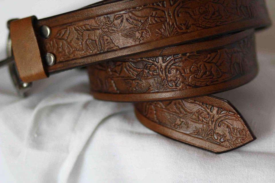 517a6718a Kožený opasok ručne zdobený s klasickou prackou vzor poľovnícky 441 stars
